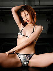 Delicious gravure idol sizzles in her leopard print bikini
