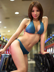 Stacked gravure idol babe plays the slots in her skimpy bikini