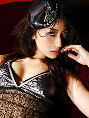 Sizzling hot gravure idol seduces in her black lace lingerie