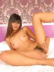 Thai babe Peow totally nude