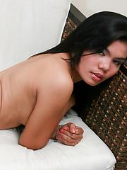 Harra Ryl posing her sexy body in pink panties