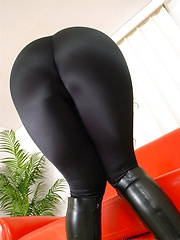 Reona Kanzaki in sexy black tight suit