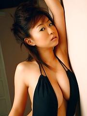 Hitomi Kitamura natural tits posing in a black swimming suite