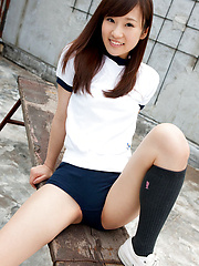 Kana Yuuki Asian exposes nasty behind in short pants outdoor