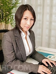 Yuuna Hoshisaki in office suit gets cum in palms after handjob