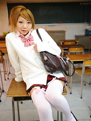 Sexy babe Rui Hazuki shows her butt in school